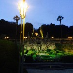il giardino della villa di Pinocchio in notturna