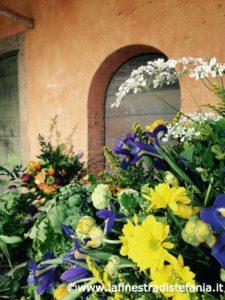 addobbi floreali gialli e blu, Yellow and blue floral decorations