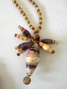 come fare collane con la carta riciclata, how to make necklaces with recycled paper